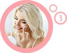 kobieta smarująca twarz kremem wewnątrz różowego obramowania z cyfrą 3