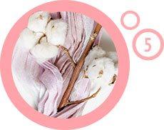 bawełna na krzaku wewnątrz różowego obramowania z cyfrą 5